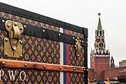 Пока власти решают, что делать с чемоданом, туристы приезжают на него посмотреть. // adme.ru