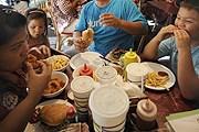 Рестораторы против жадности посетителей. // EPA