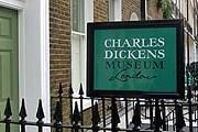 Вход в музей Чарльза Диккенса. // vimartsigns.co.uk