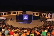 Концертная площадка - на берегу моря. // blogspot.com