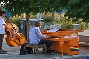 Уличные пианино - повод устроить спонтанный концерт. // insidevancouver.ca