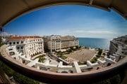 Туристы увидят город по-новому.  // Lambros Kazan, Shutterstock.com
