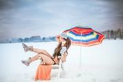 Зимний отдых и сибирское здоровье рекламируют красавицы в купальниках.