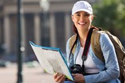 Туристы изучают достопримечательности самостоятельно. // michaeljung, shutterstock.com