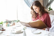 Следует внимательно изучить меню.  // OrelPhoto, Shutterstock.com