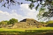 Туристы узнают о культуре майя. // Raymona Pooler, Shutterstock.com