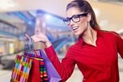 Туристы продолжают совершать покупки.  // Zoom Team, Shutterstock.com