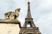 Туристы не смогли попасть на Эйфелеву башню. // posztos, shutterstock