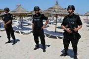 Тунисские военные охраняют пляжи. // EPA
