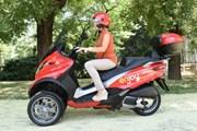 Трехколесный скутер устойчив и прост в управлении. // motoblog.it