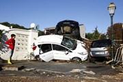 Потоки воды увлекали за собой сотни автомобилей. // AFP