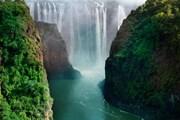 Водопад Виктория на границе Замбии и Зимбабве // mirror.co.uk