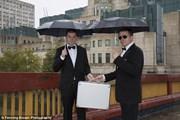 Встреча двух агентов напротив здания разведовательного управления MI-6. // Fenning Brown Photography