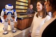 Гости отеля Hilton общаются с роботом. // Hilton Worldwide