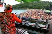 Фестиваль Sea Dance собирает на пляже более сотни тысяч зрителей. // Assono, wikipedia.org