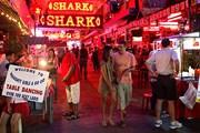В районе пляжа Патонг сконцентрировано множество отелей и ночных клубов. // phuket.com