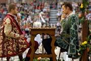 Два рыцаря играют в шахматы живыми людьми.