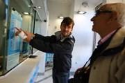 Янек Рубеш демонстрирует туристу мошеннический курс.
