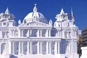 Настолько масштабные сооружения из снега возводят только в Саппоро. // expatsguide.jp