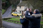 Машина на средневековой уличке не нравится туристам. // dailymail.co.uk