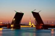 Разведенные мосты - символ Санкт-Петербурга // Yulia B, shutterstock