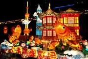 Красочный фестиваль привлекает множество туристов. // YoNinja.com