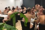 Официанты ресторана остаются одетыми. // Holala.co