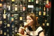 Туристы выносят из бара по 4 тысячи бокалов в год. // bexonwheels.com