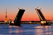 Разведенные мосты привлекают множество туристов. // Visit Petersburg