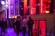 Жителям квартала не нравятся праздные гуляки. // amsterdamredlightdistricttour.com