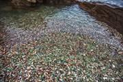 Поверхность пляжа усеяна обкатанными стеклышками. // primamedia.ru
